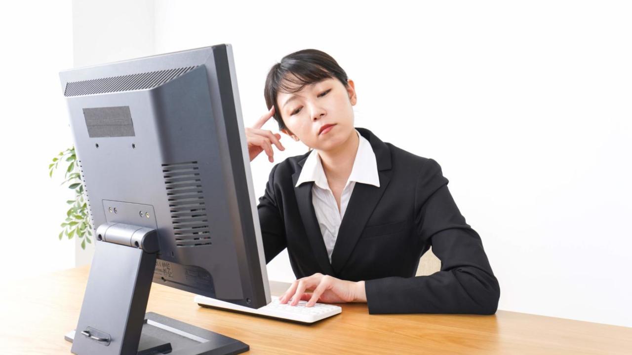 内向的な人が会社で暗い態度を取るのってどうなの?